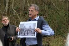 Dr. Bertram Maurer erläutert eine historische Abbildung des Garnisonsschützenhauses