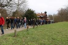 Die Führung auf dem Weg zum Dornhaldenfriedhof