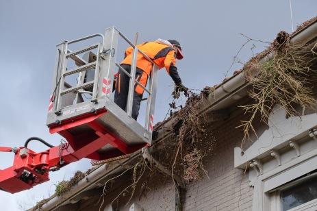 Reingung von Dach und Dachrinne (Bild: K. Rossnagel)