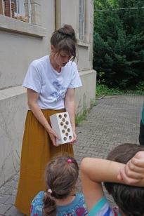 Catarina stellt eine Nisthilfe vor. (Foto: K. Rossnagel)